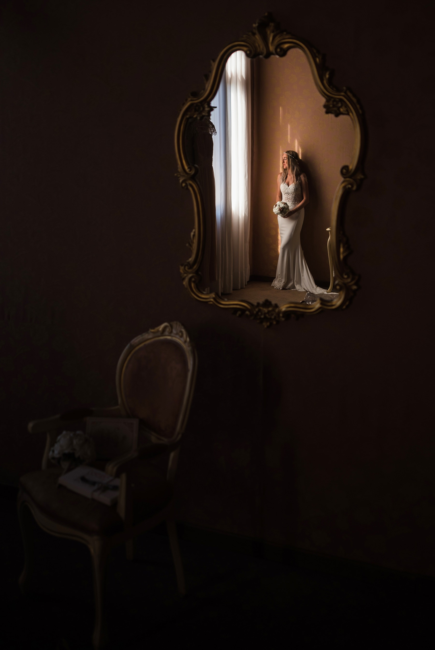 Palazzo Cavalli Venice bride holding flowers reflection in the mirror